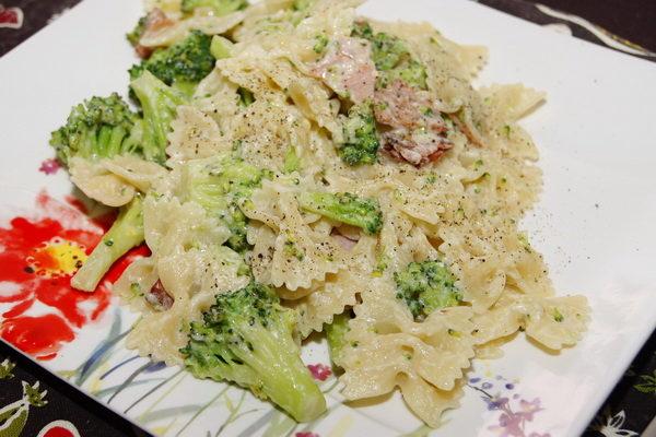 Makaron w śmietanie z szynką i brokułami